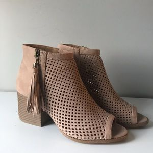 Qupid Shoes - NWOT Taupe Ankle Boots